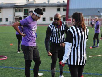 Deux arbitres discutent avec un joueur à la Random's Cup V