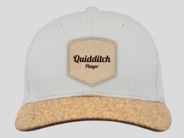 """Casquette blanche à visière en liège, dessus un écusson est cousu et il est brodé les mots """"Quidditch player"""""""